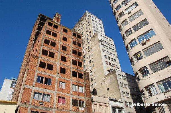 """""""Esqueleto urbano"""" na Praça XV, em Porto Alegre"""