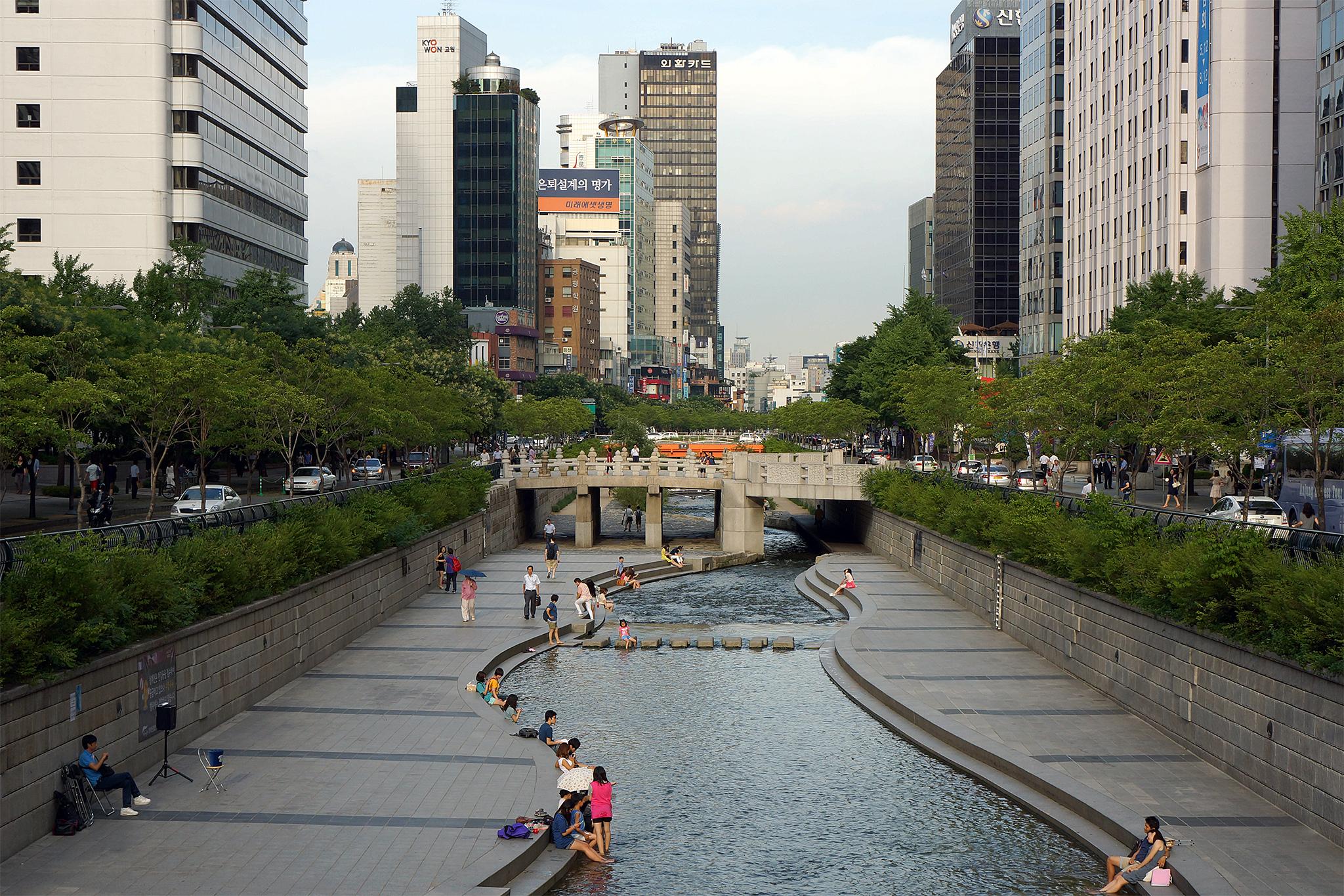 """Arrio sul-coreano é referência do grupo """"Eu quero o Arroio Dilvio Despoluído e Limpo"""": pedestres às margens, arranha-céus ao fundo."""