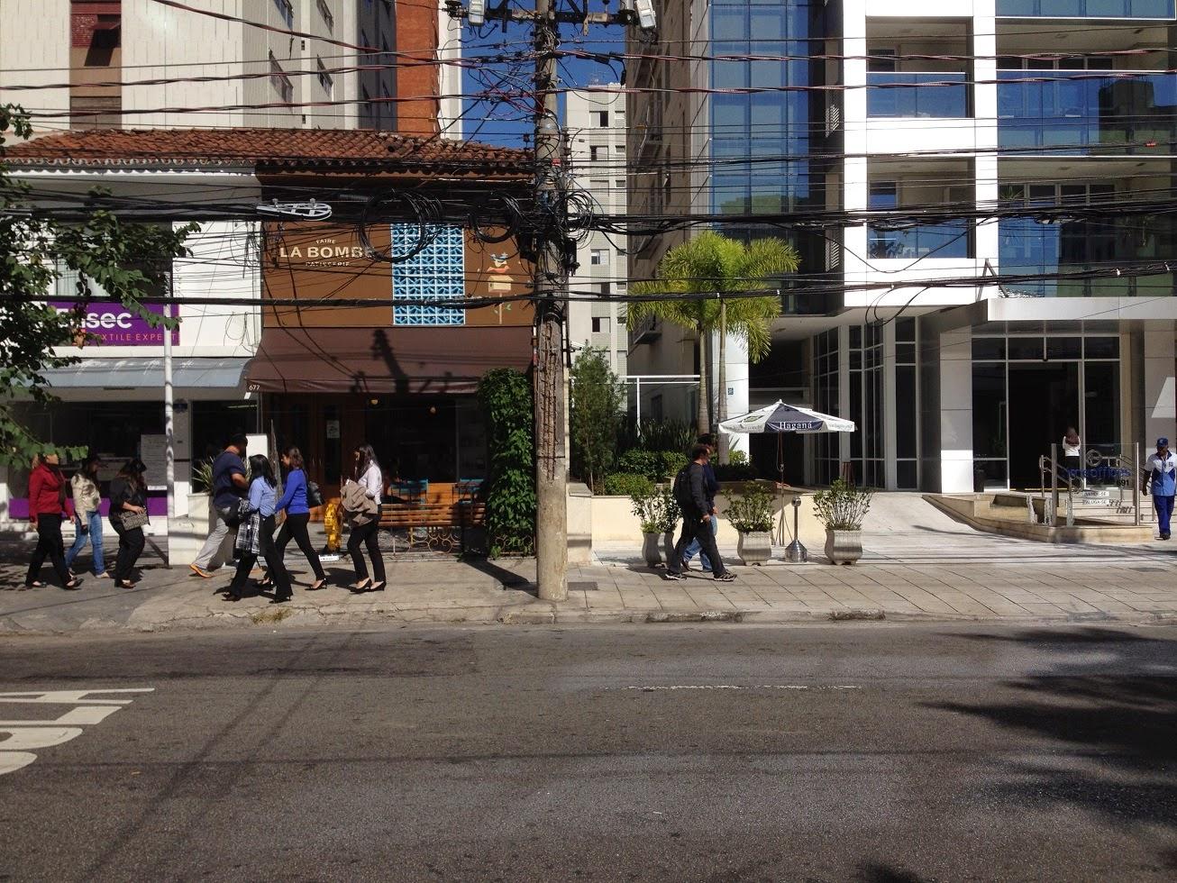 O Itaim Bibi, em São Paulo, é agradável para transitar a pé graças às pequenas casas que sobraram junto à calçada. Prédios novos são afastados do pedestre e tem térreos vazios, quando não cercados.