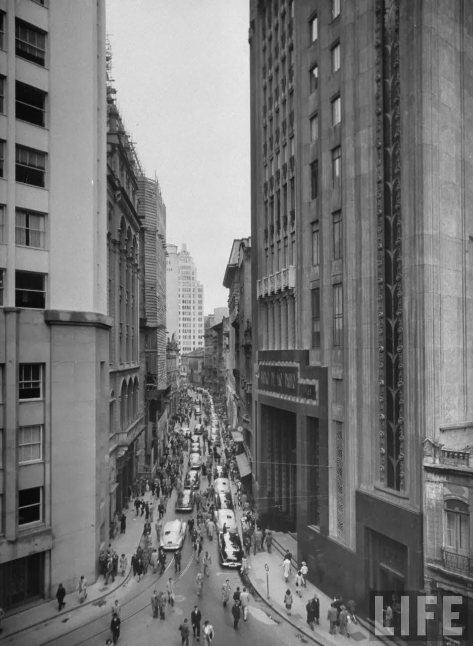 Centro de São Paulo na década de 50: verticalizado, popular e com calçadas vivas.