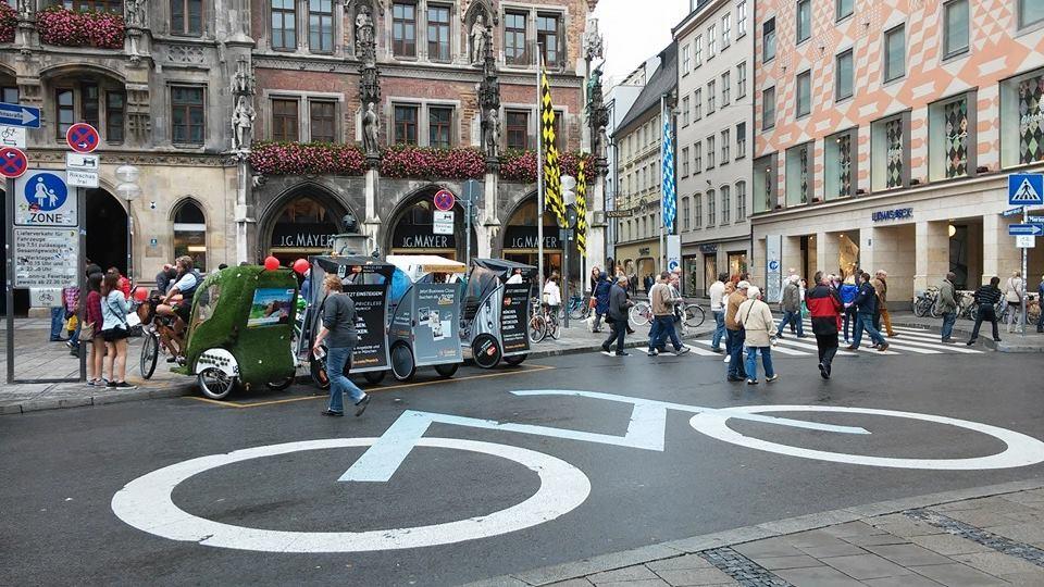 Munique: pedestres, ciclistas, automóveis, transporte público, etc. Todos convivem em harmonia