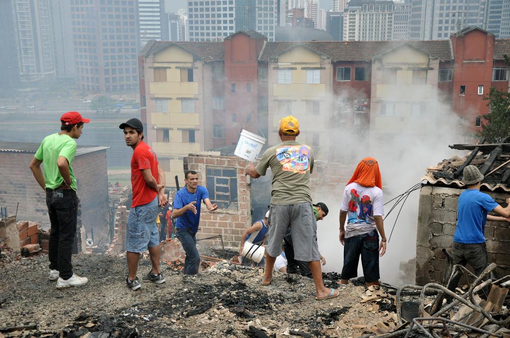 Moradores tentam apagar incêndio na favela Real Parque, em São Paulo (Foto: henriquetyds @ Flickr)