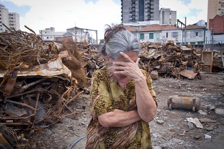 Moradores da favela do Moinho, em São Paulo, tentam reconstruir o local após incêndio que devastou metade dos barracos. (Foto: Ze Carlos Barretta)