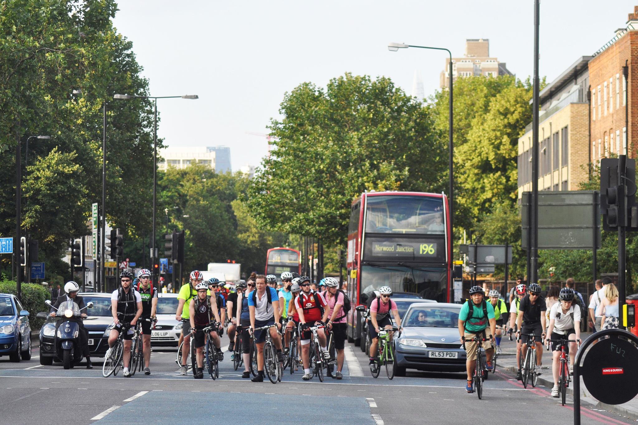 Carros, ônibus e bikes em Clapham Road. Foto: stevekeiretsu @ Flickr