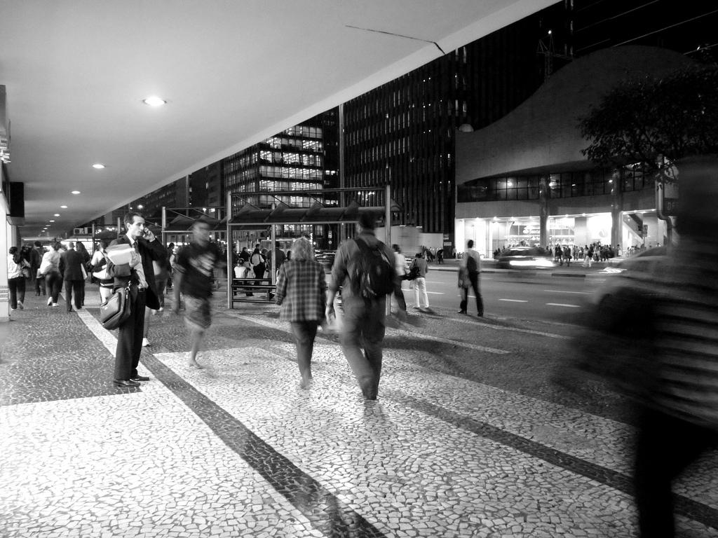 Pedestres caminhando em frente ao Conjunto Nacional, na Av. Paulista em São Paulo. Foto: flborges @ Flickr