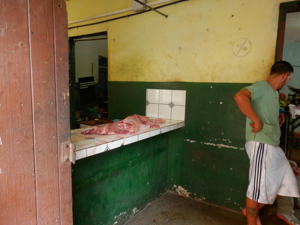 Metade da carne disponível numa carniceria do centro da cidade.