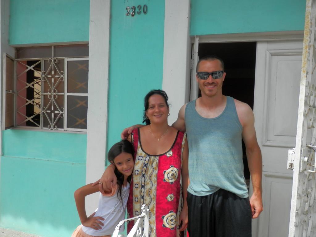 Por fim, eu e a família que me hospedou.