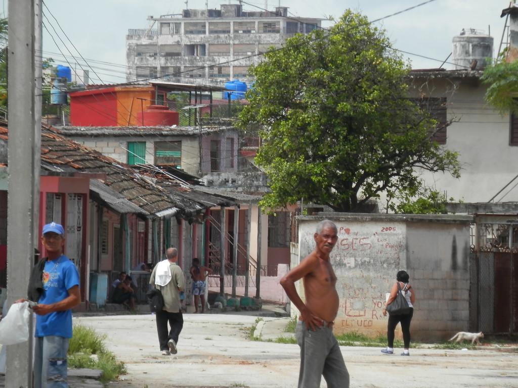 Uma rua movimentada na favela onde fiquei.