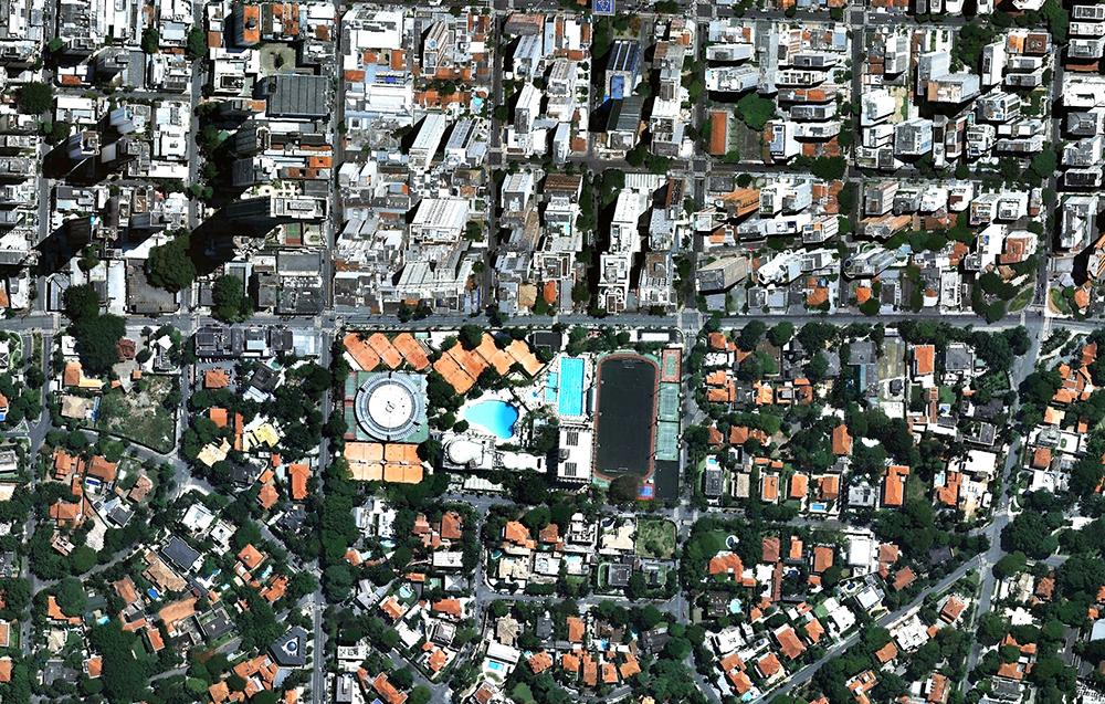 A clara divisão entre o Jardim América e o restante do bairro, já urbanizado. A rua horizontal, no centro da imagem, é a Rua Estados Unidos.