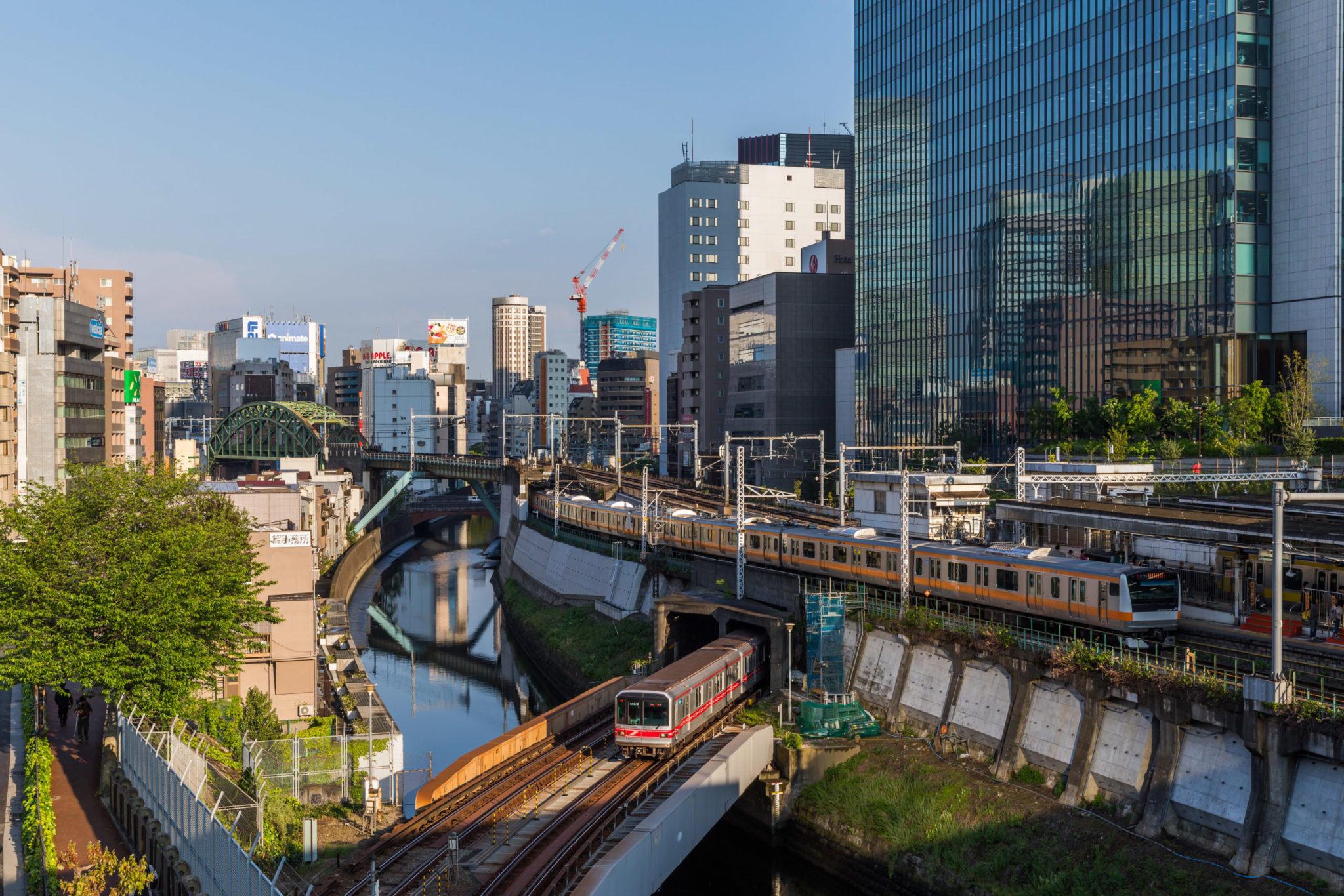 Por que as ferrovias privadas de Tóquio funcionam tão bem?