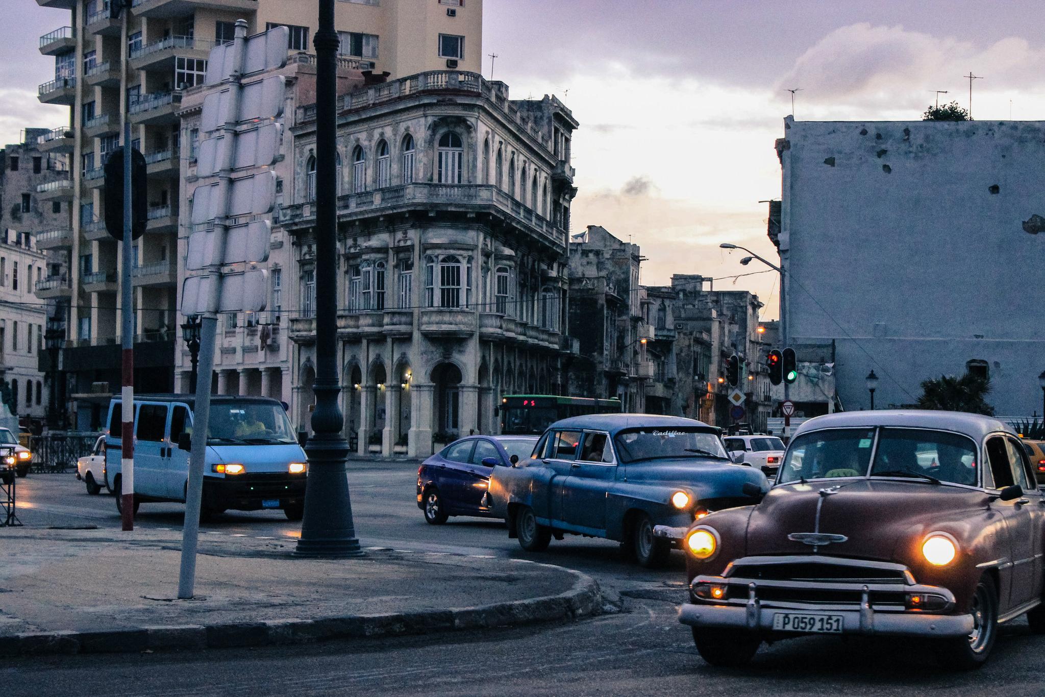 Carros ao entardecer em Cuba. Foto: rafaelcfh @ Flickr