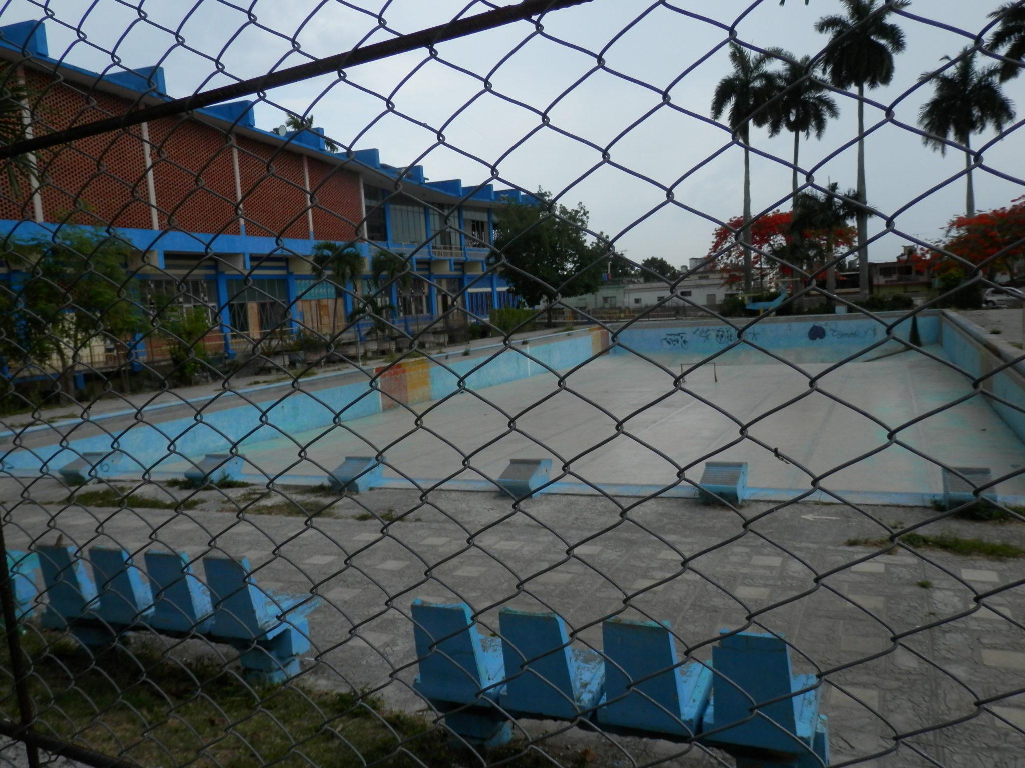 Uma piscina sem água