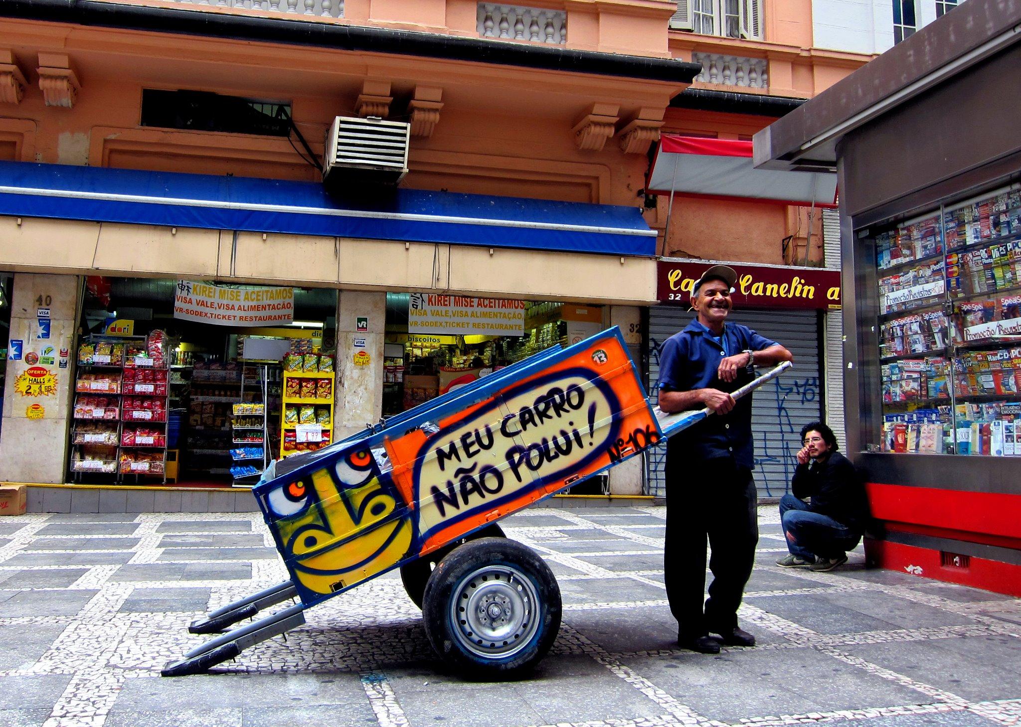 Pimp My Carroça tem por objetivo tirar os catadores da invisibilidade por meio da arte e da participação coletiva.