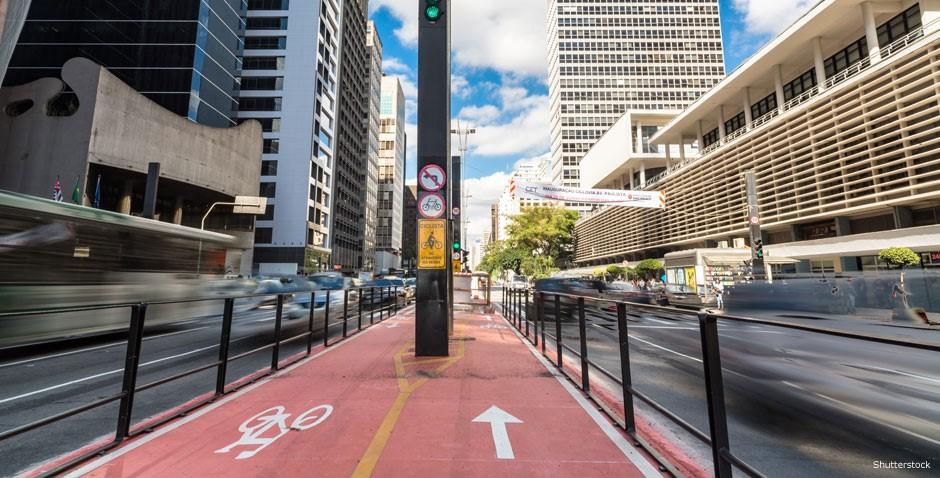 """Inaugurada em 2015, a ciclovia da Avenida Paulista se tornou um símbolo da expansão dos espaços dedicados aos ciclistas. """"É um processo gradual, não dá para olhar a situação hoje e dizer deu errado. As pessoas levam um tempo para aderir, perder o medo"""", avalia o arquiteto"""