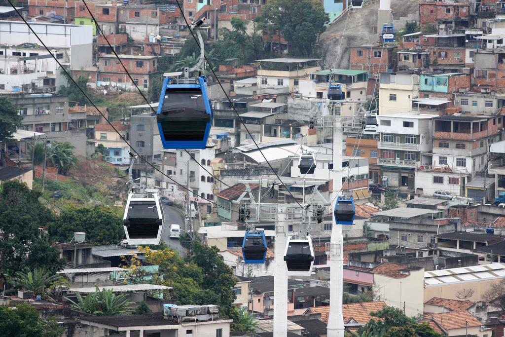 Favelas não funcionam sem o transporte informal. Foto: pacgov @ Flickr.