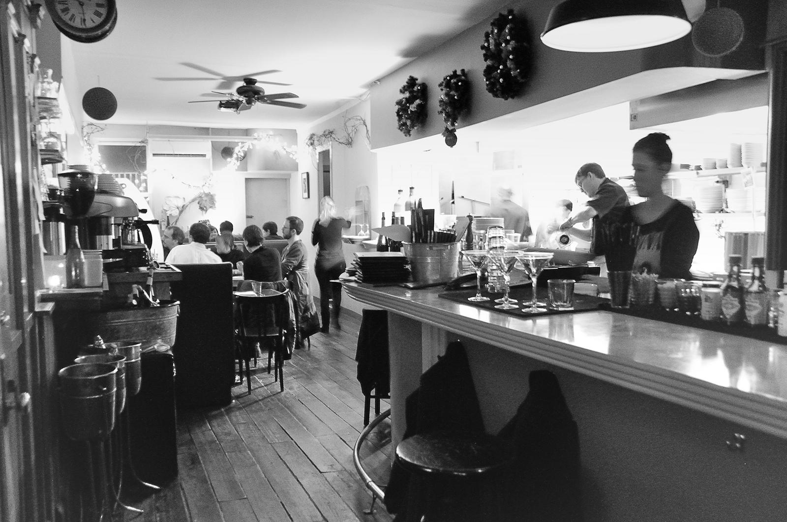 Jovens trabalhando em bar de Williamsburg, Nova York. Foto 41134346@N03 @ Flickr.