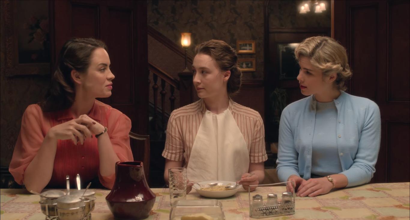 No filme Brooklyn, moradores de uma pensão compartilham um único banheiro e preços de aluguel acessíveis incluem refeições.