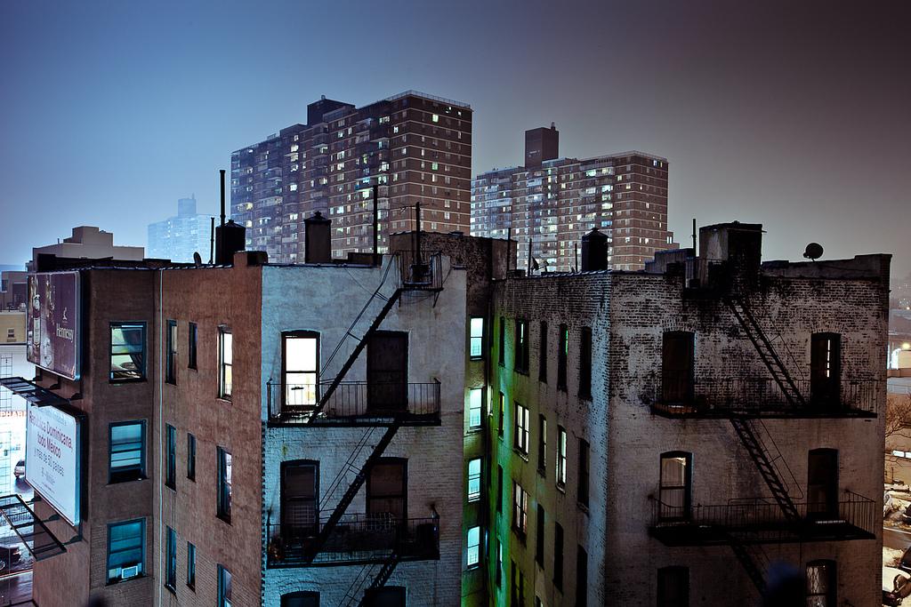 Moradias coletivas no Brooklyn, Nova York. Foto severalseconds @ Flickr.