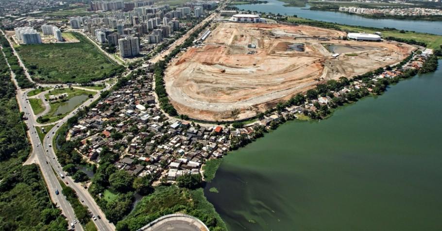 Vila Autódromo, parcialmente removida para as Olimpíadas, em contraste com as obras do Parque Olímpico e os condomínios de luxo da Barra da Tijuca. Foto: catcomm @ Flickr.
