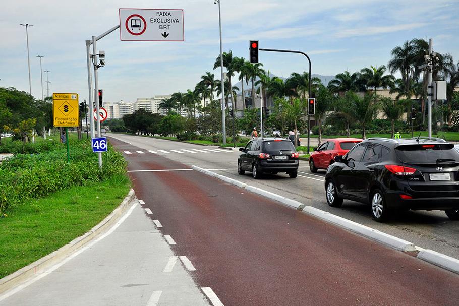 Brasileiro passa quase 40 dias por ano preso no trânsito das capitais (SPC).
