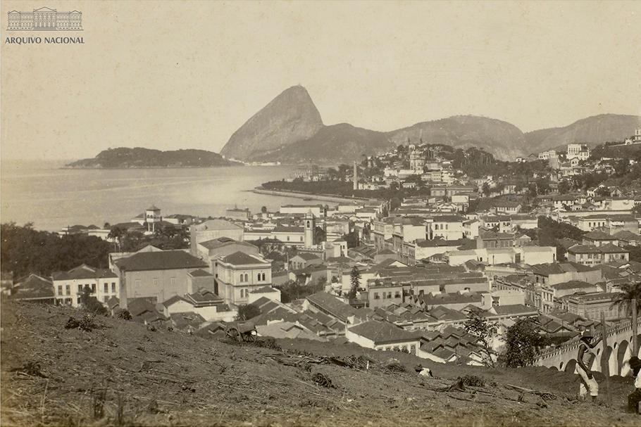 Vista do alto de Santa Teresa e do Outeiro da Glória a partir do morro de Santo Antônio, Rio de Janeiro, 1922, com a presença de inúmeros cortiços.