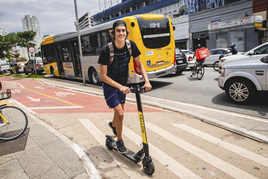As companhias têm se baseado em resolução federal que define que veículos como patinetes não devem exceder 20 km/h nas ciclovias e os 6 km/h no passeio público. Foto: Yellow / Divulgação.