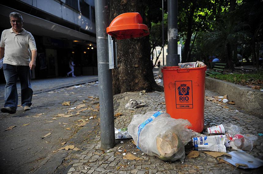 No Rio de Janeiro, calçada tomada por lixo.