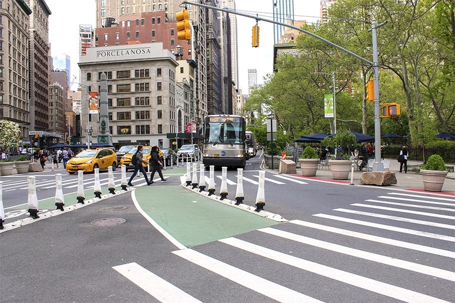 Sinalização de trânsito na Broadway, Estados Unidos, garantindo a segurança nas ruas.