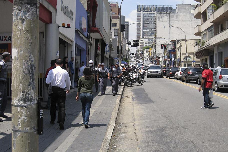 Paisagem atual da Rua Augusta, São Paulo. Prédios baixos, calçadas estreitas e muito espaço para os carros.