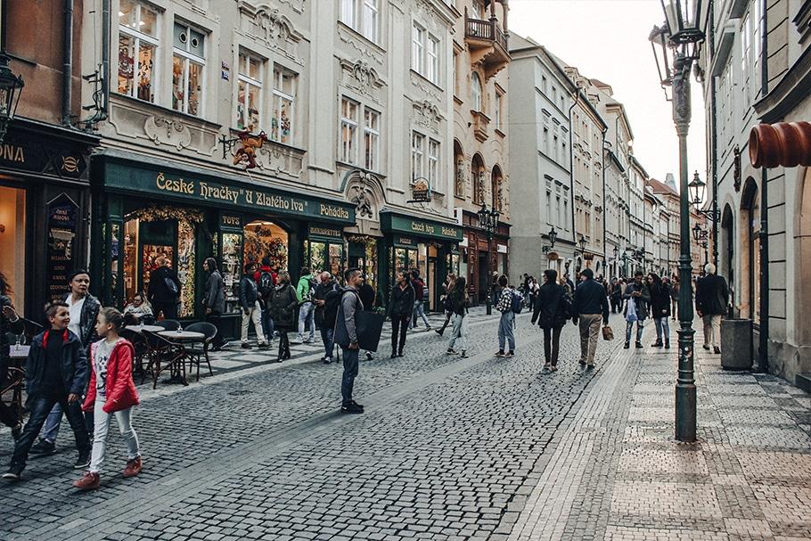 Pedestres circulando com segurança nas ruas de Praga, na República Tcheca.