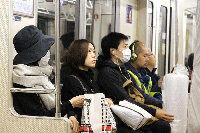 Foto do metrô de Tóquio em 2012. Hábito de usar máscaras por conta da poluição pode ter contribuído para adesão de japoneses ao uso no transporte coletivo para conter o COVID-19.