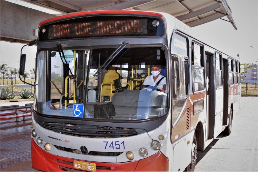 Aviso sobre o uso de máscara para conter o COVID-19 em letreiros de ônibus de transporte coletivo em Uberlândia.