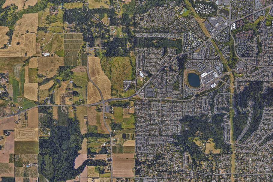 Imagem aérea da área metropolitana de Portland, EUA, mostrando sua barreira de crescimento urbano bem definida.