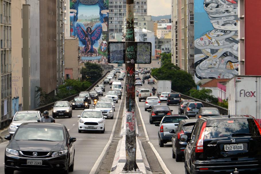 Os impostos sobre automóveis cobrem seus custos sociais?