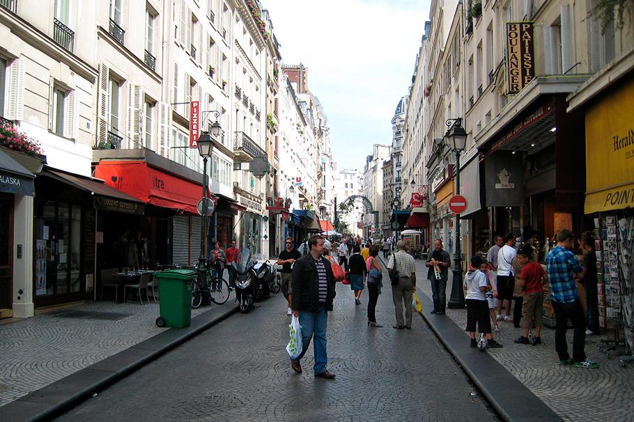 Exemplo de rua em Paris, com edifícios sem recuos e no alinhamento da rua.